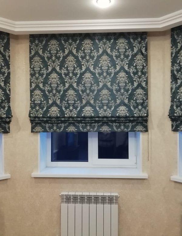 Оформление эркерных окон римскими шторами